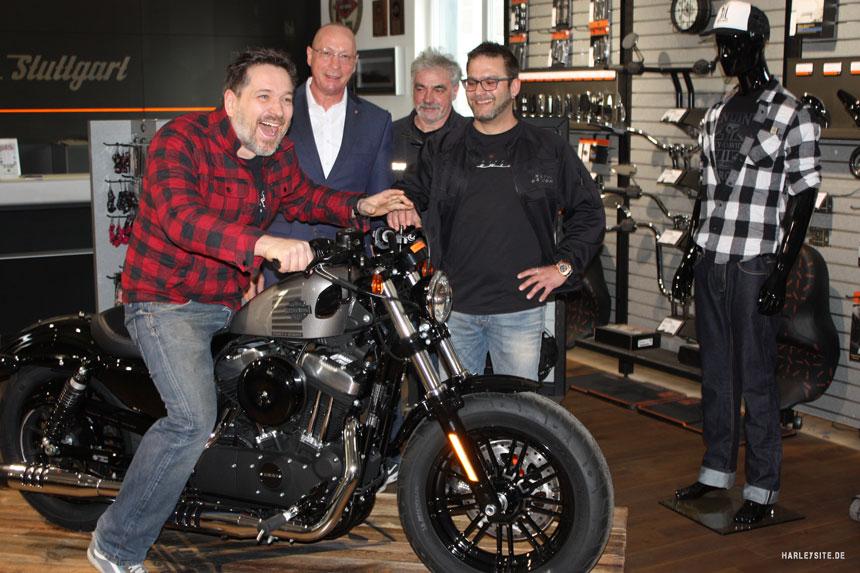 Das Foto zeigt von links nach rechts: Michael Schumacher (Gewinner der Harley-Davidson), Uwe Hück (Betriebsratsvorsitzender und stellvertretender Aufsichtsratsvorsitzender, Porsche AG), Gerd Maier (Geschäftsführer, Harley-Davidson Stuttgart), Frank Klumpp (Regional Marketing Director Germany, Austria and Switzerland, Harley-Davidson)