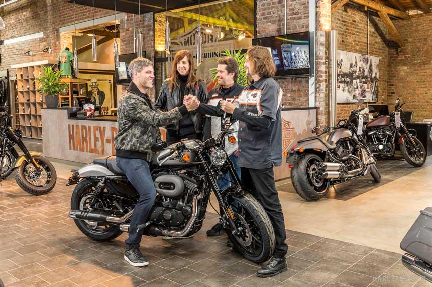 Kölner gewinnt eine Harley-Davidson Roadster im Intermot-Preisausschreiben