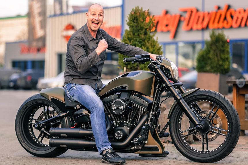 Übergabe des Hauptgewinns der Spendenaktion-Motorrad.de 2016 an Sieger aus Mölln