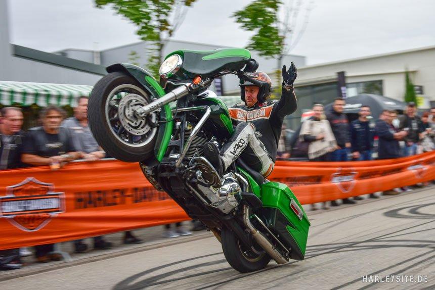 Rainer Schwarz, offizieller Harley-Davidson Stuntfahrer,  tritt von der Bühne ab