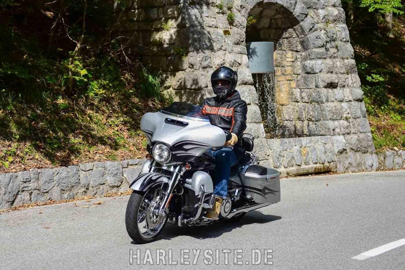 HArley-DAvidson Street Glide CVO kommt uns auf dem Bergpass entgegen