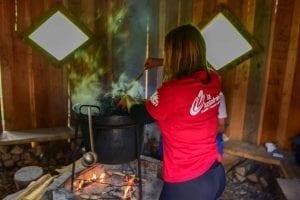 Sie kocht für uns eine Soljanka Suppe in Slovenien