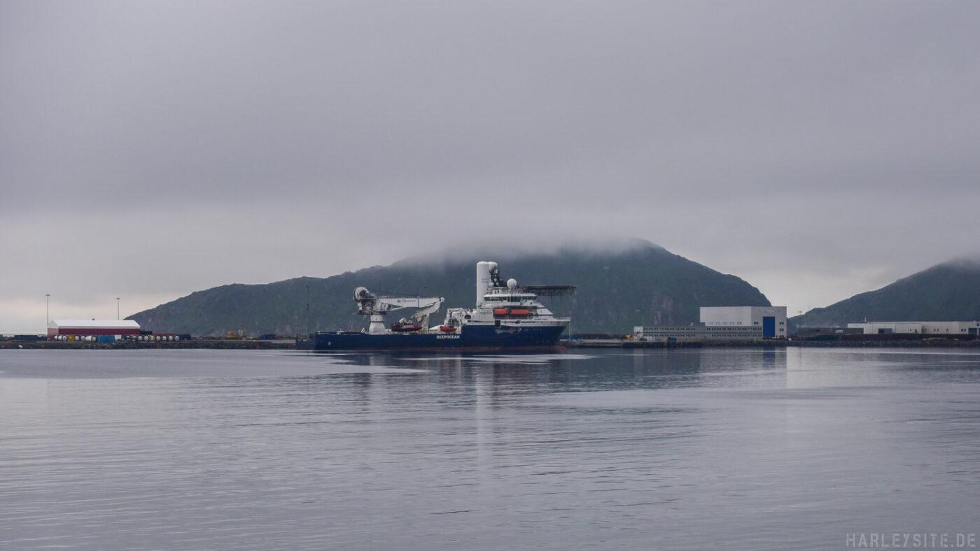 Der Offshore Versorger liegt vom Nebel bedeckt im Hafen von Hammerfest