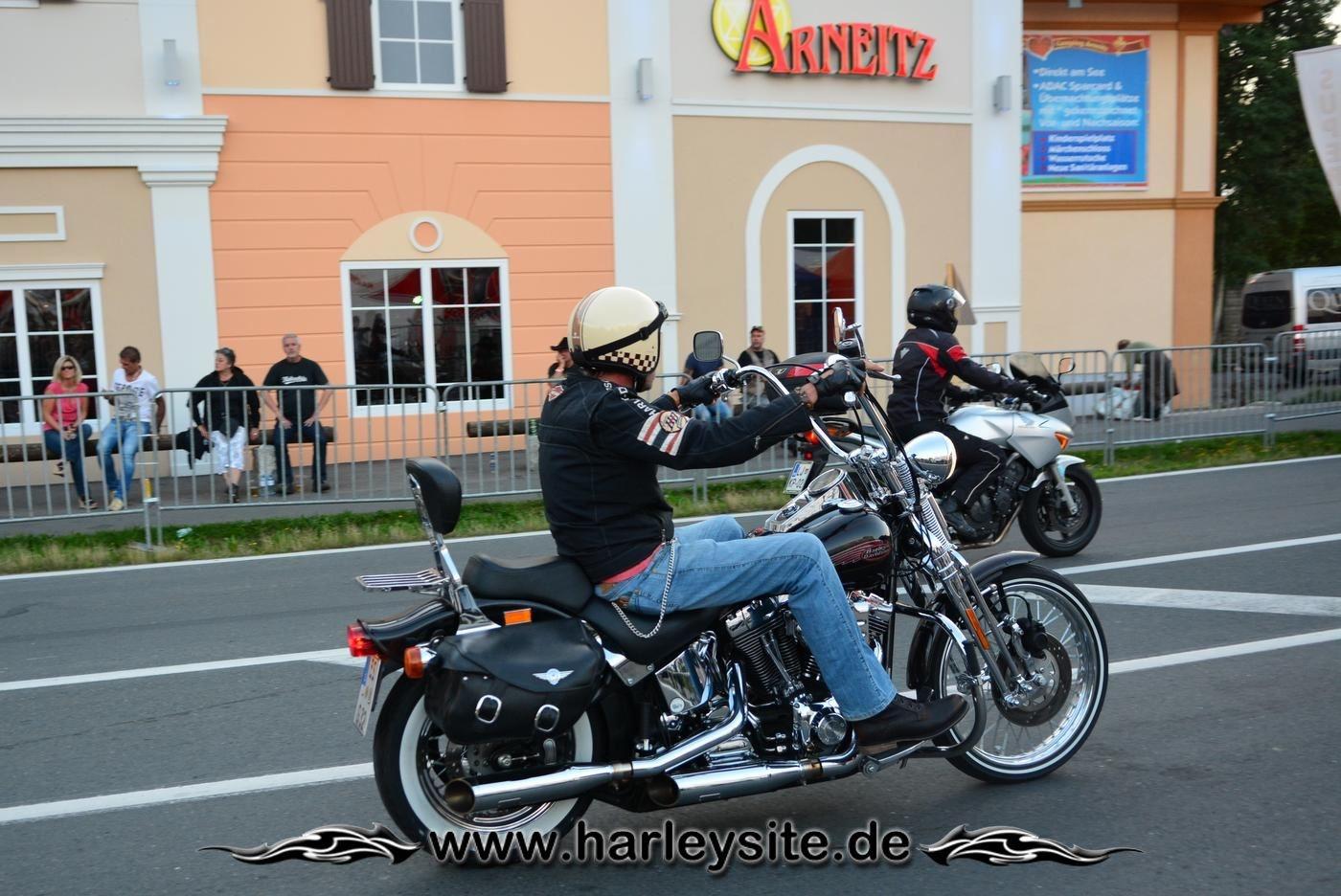Eine Harley Davidson vorm Arneitz am Faaker See