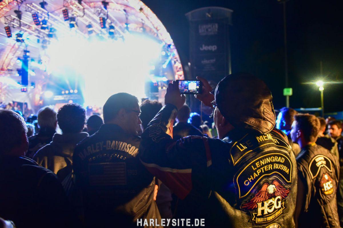 Zeigt die Harley-Davidson Live-Bühne im Harley Village