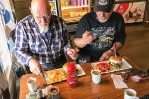 In Olderfjord angekommen, essen wir im Russenes kro erstmal was warmes.
