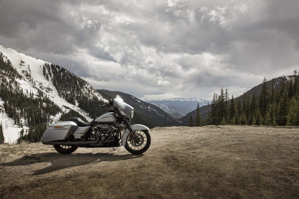 Harley Davidson Street Glide 2019 mit Berg Panorama im Hintergrund