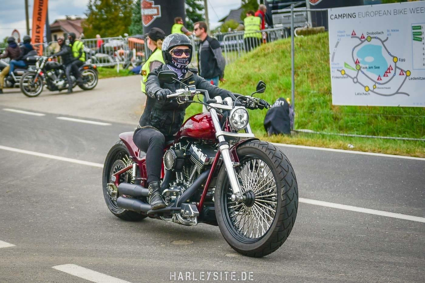 Bikerin auf einer Breakout auf dem Harley Treffen in Österreich