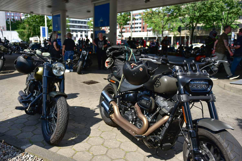 Harleys auf der Tankstelle