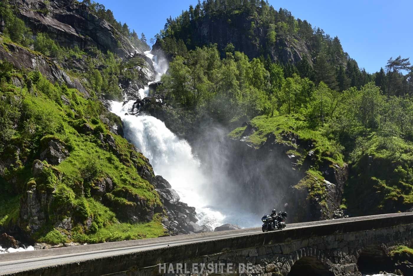Harley vorm Skjervsfossen Wasserfall