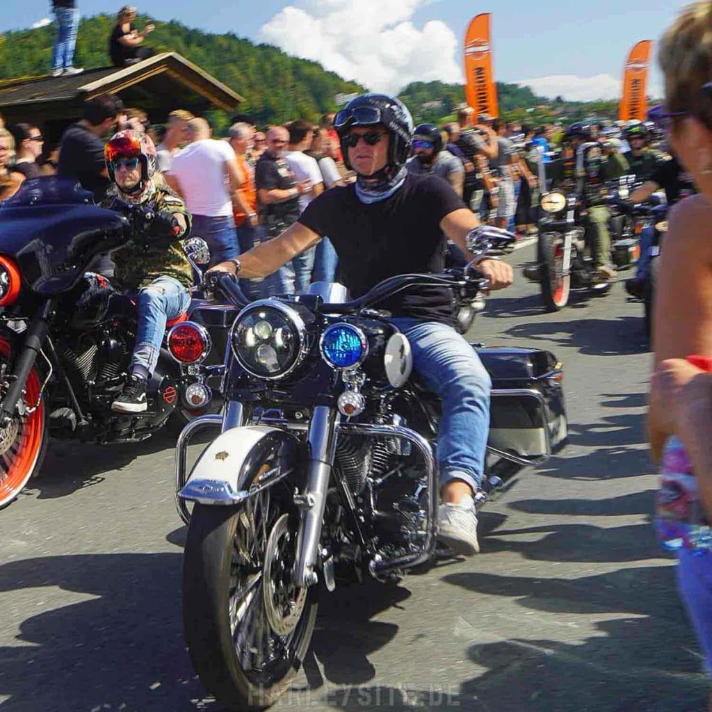 Harley Fahrer auf einer Police Harley während der Harley Parade