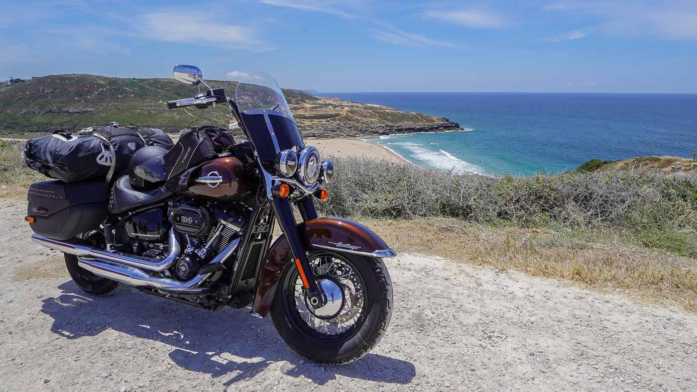 Auf dem Foto ist die Harley-Davidson Heritage an der Atlantikküste von Portugal