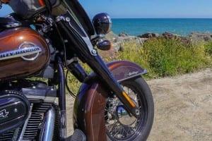 Zeigt die Harley-Davidson Heritage Classic 114 am Omaha Beach der Normandie