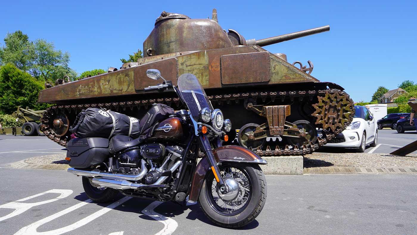 Das Foto zeigt die Harley und einen Sherman-Panzer am Omaha Beach Memorial