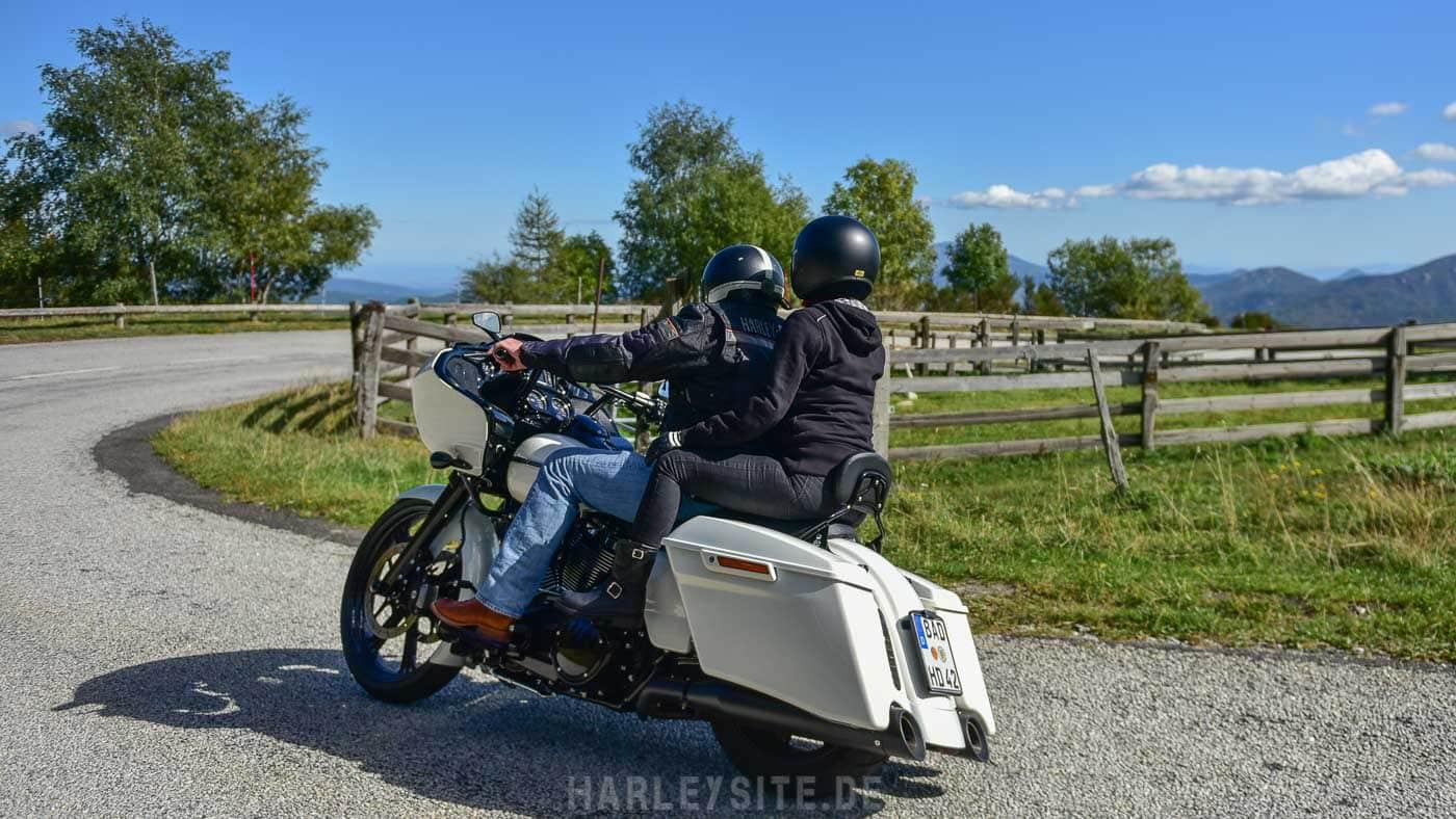 Zeigt Rick beim Harley fahren in den Pyrenäen