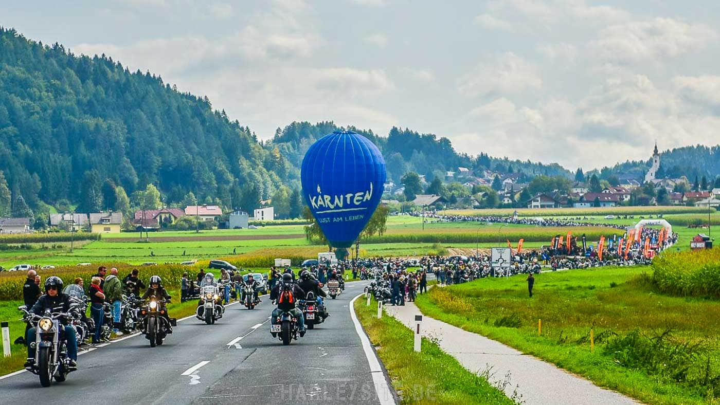Zeigt die Harley Parade am Faaker See