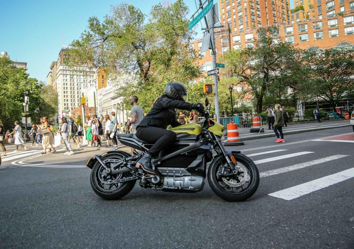 Das Bild zeigt die Harley Davidson LIVEWIRE beim fahren in der Stadt