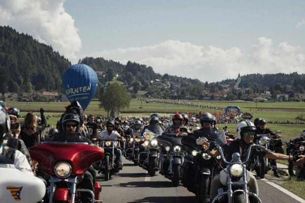Foto zeigt die Harley-Davidson Parade an der European Bike Week