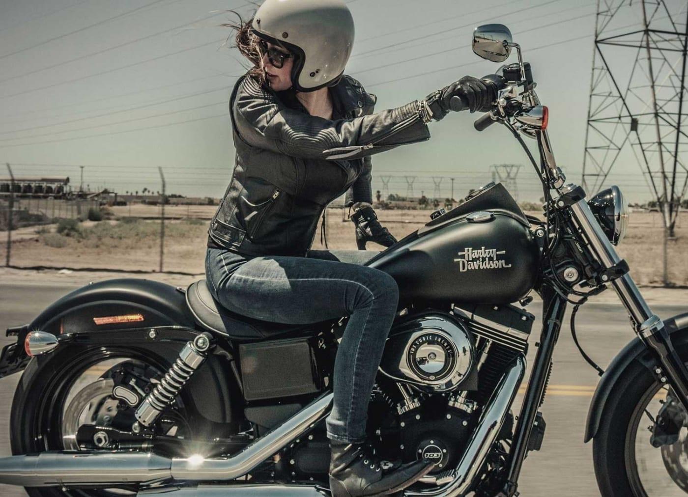 DAs Foto zeigt eine Lady auf einer Harley-DAvidson