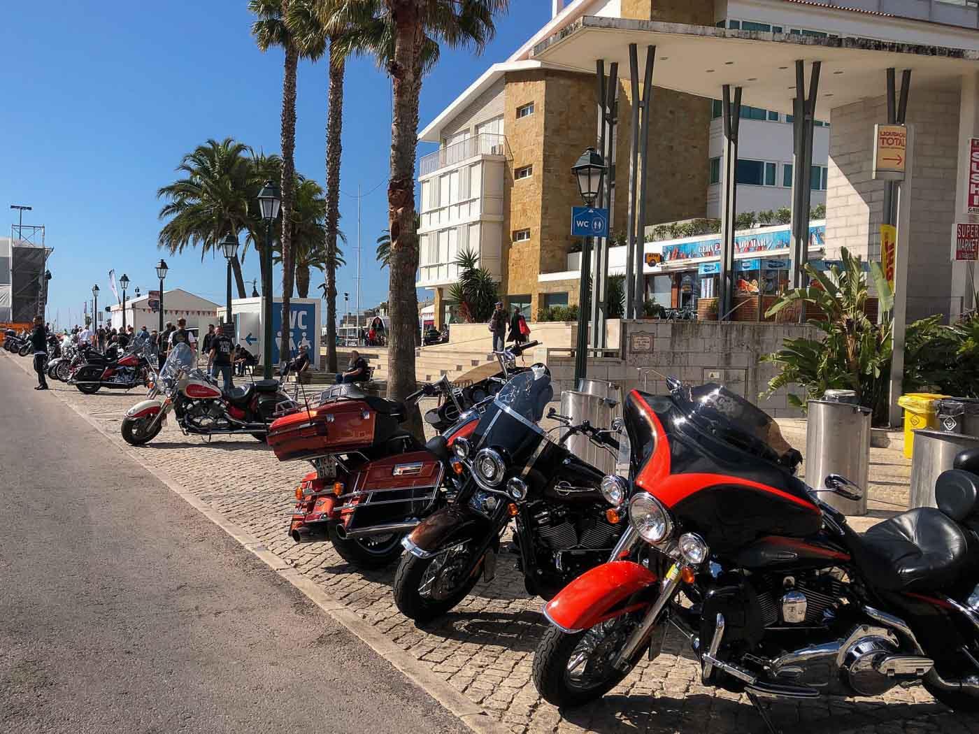 Zeigt Harleys im Hafen von Cascais in Portugal