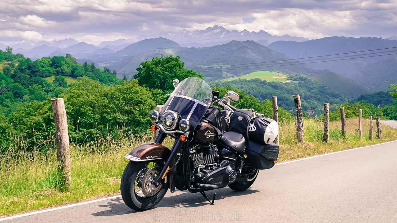 Auf dem Foto ist die Harley-Davidson Heritage Classic in den Bergen vom Nationalpark Picos de Europa