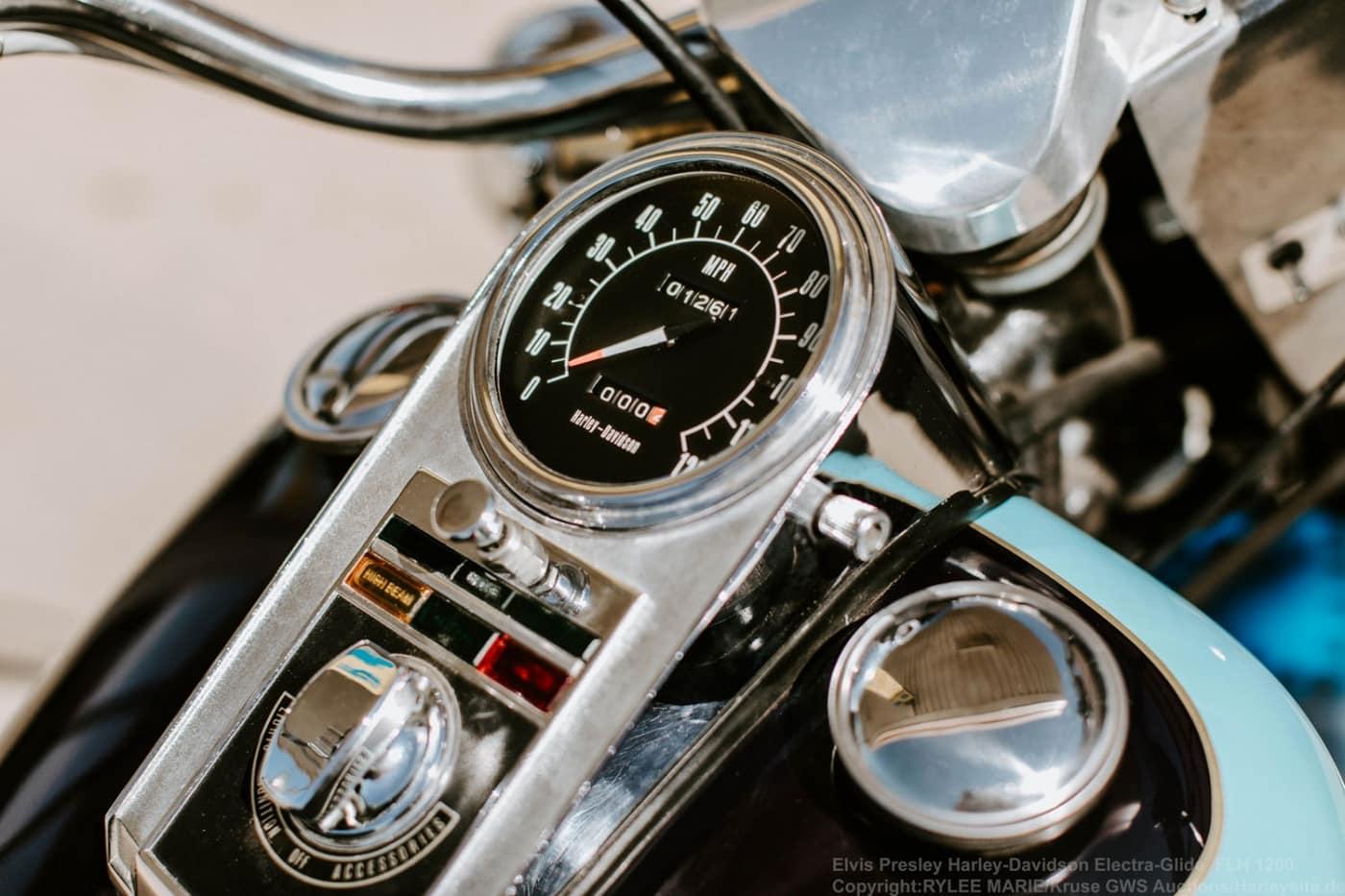 Zeigt das Tacho von der Harley-Davidson Electra-Glide FLH 1976