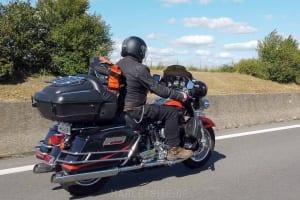 Zeigt eine Harley-Davidson Screamin Eagle 110 auf der Autobahn
