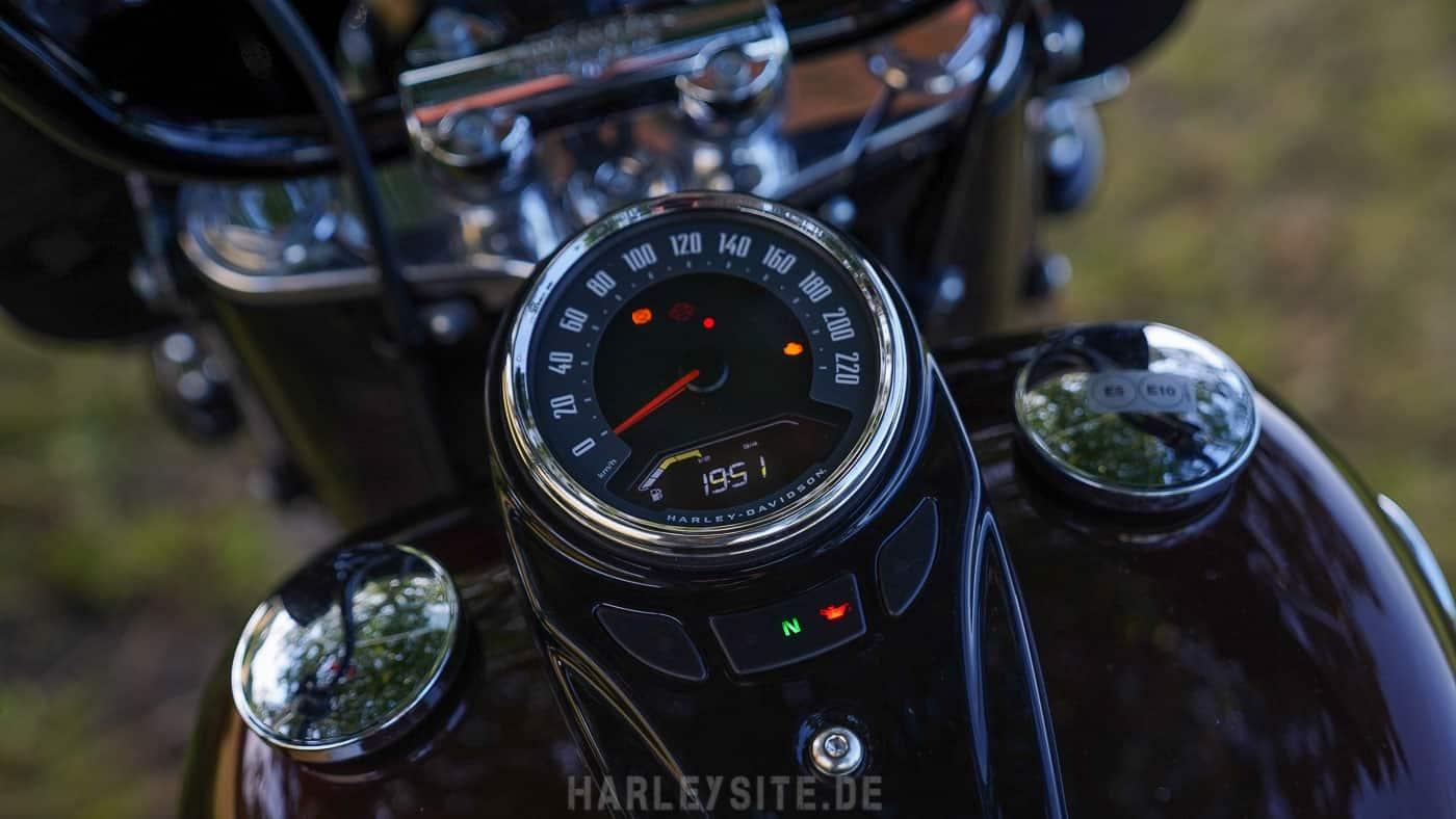 Zeigt den Tacho von der Harley-Davidson Heritage Classic 114