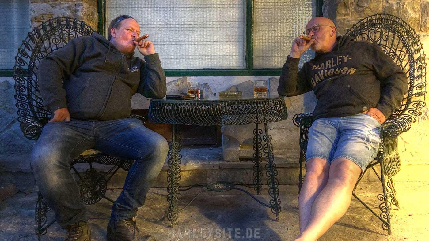 Wir genießen entspannt bei einer Zigarre den Abend