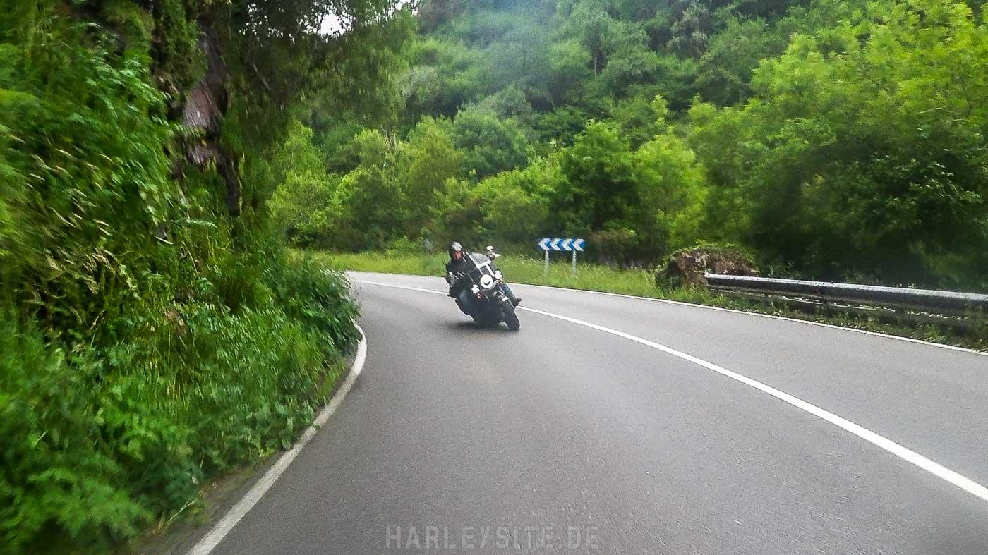 Kurvenfahrten in mit der Heritage Classic durch die Kurven im Nationalpark Picos de Europa Spanien