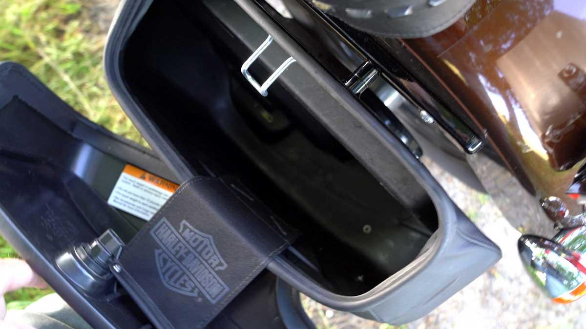 Zeigt den Koffer der Harley-Davidson von innen