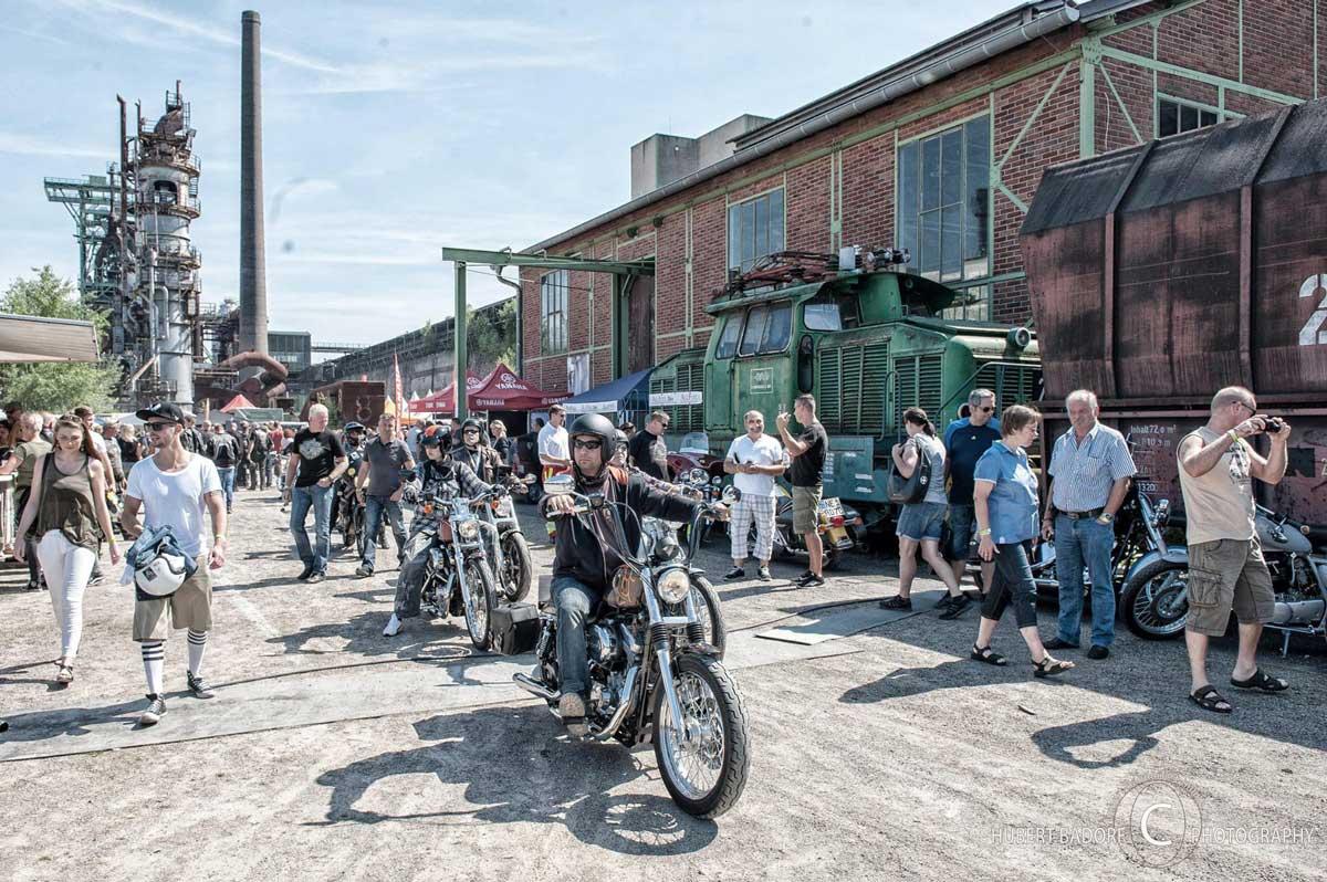Zeigt Harley Fahrer auf ihren Maschinen auf dem Harley Ruhrpott Meeting