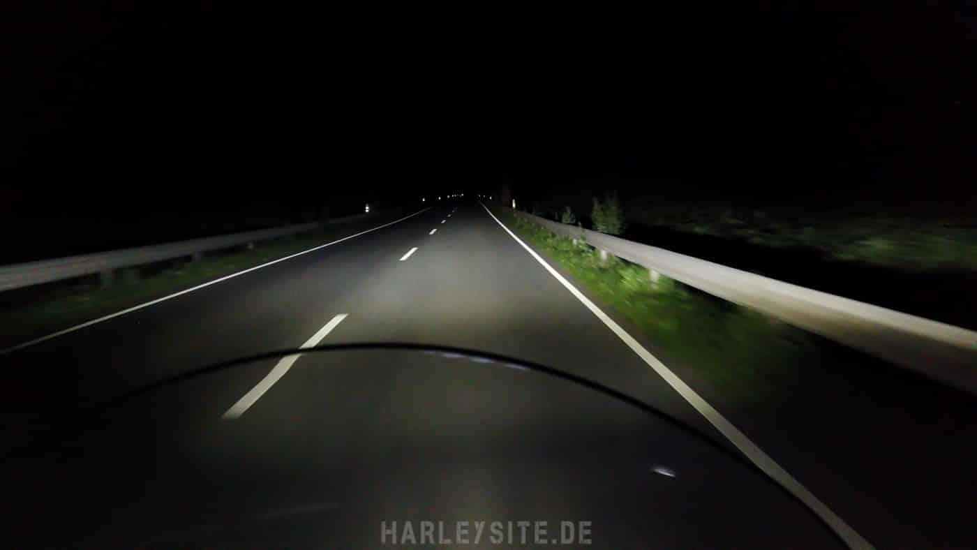 Zeigt das LED Scheinwerferlicht an der Harley-Davidson Heritage Classic auf der Straße bei Nacht