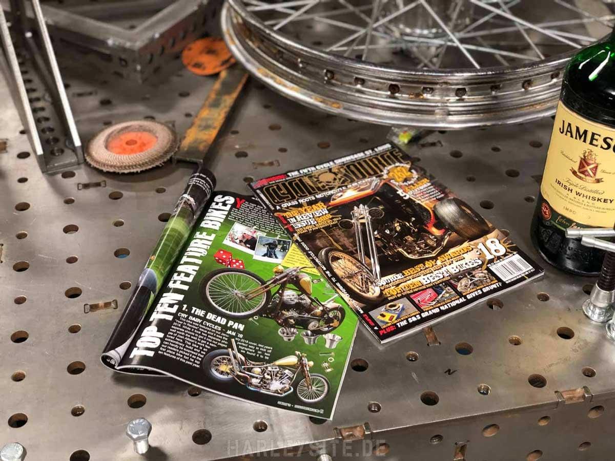 Zeigt eine Motorrad Zeitschrift