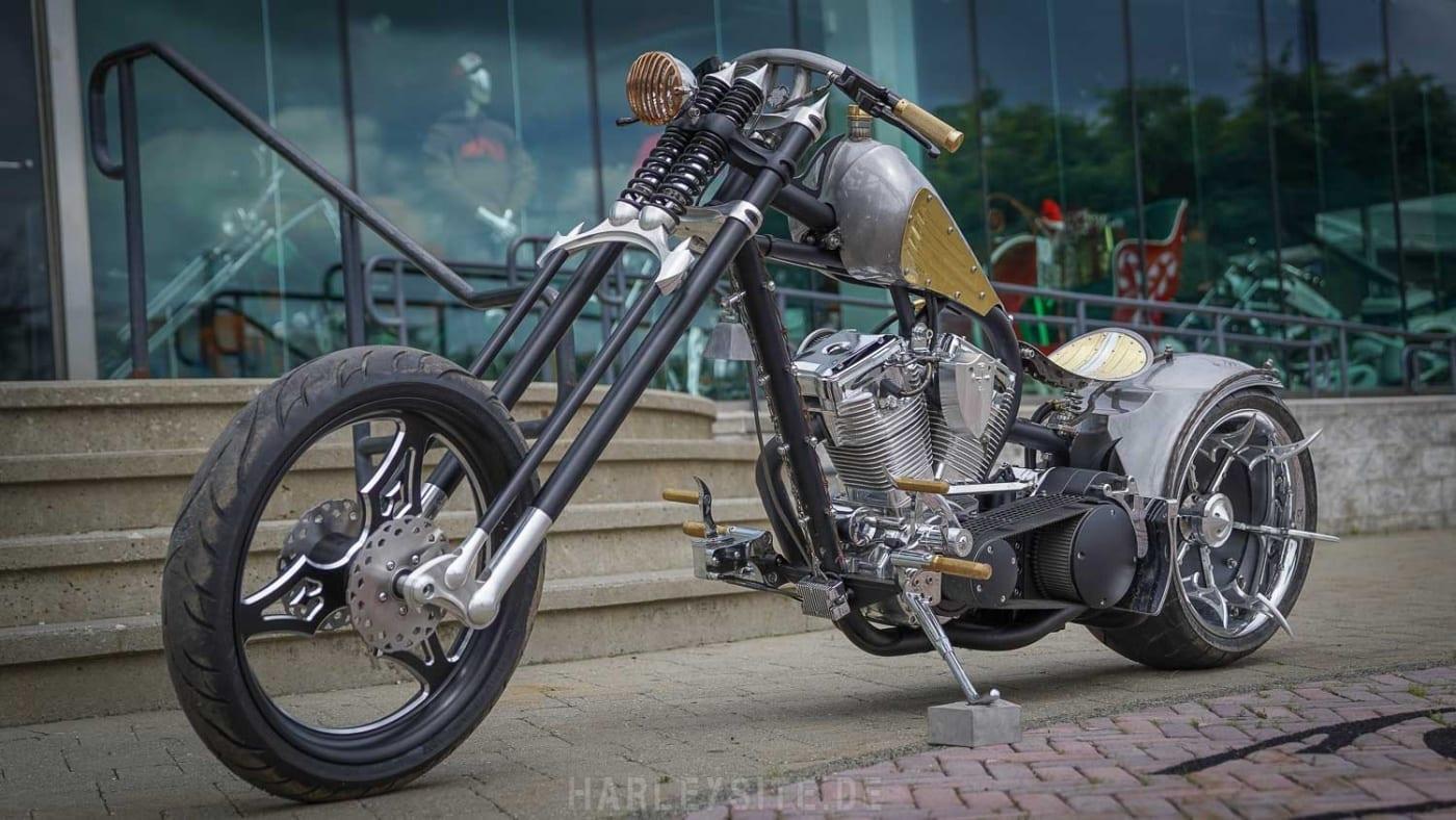 Das Foto zeigt das Spartan Bike vor dem OCC Store zur ersten Episode der American Chopper Show