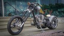 Das Foto zeigt das Spartan Bike vor dem OCC Store