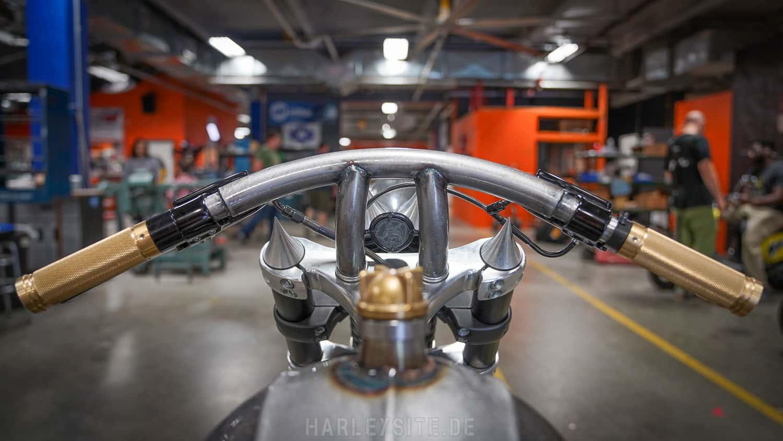 Zeigt das OCC Spartan Bike vor dem Orange County Choppers Headquarter