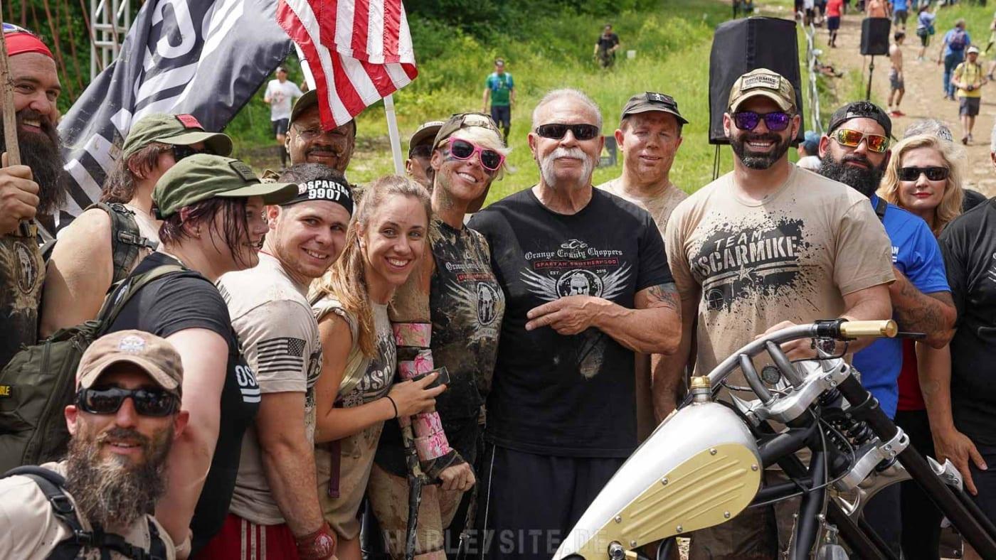 Das Foto zeigt eine Spartan Race Gruppe mit Paul Teutul Sr. von Orange County Choppers