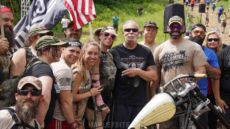 Das Foto zeigt eine Spartan Race Gruppe mit Paul Teutul Sr.