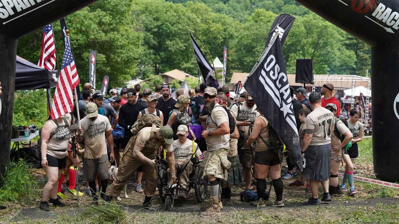 Das Foto zeigt die Teilnehmer beim Startpunkt