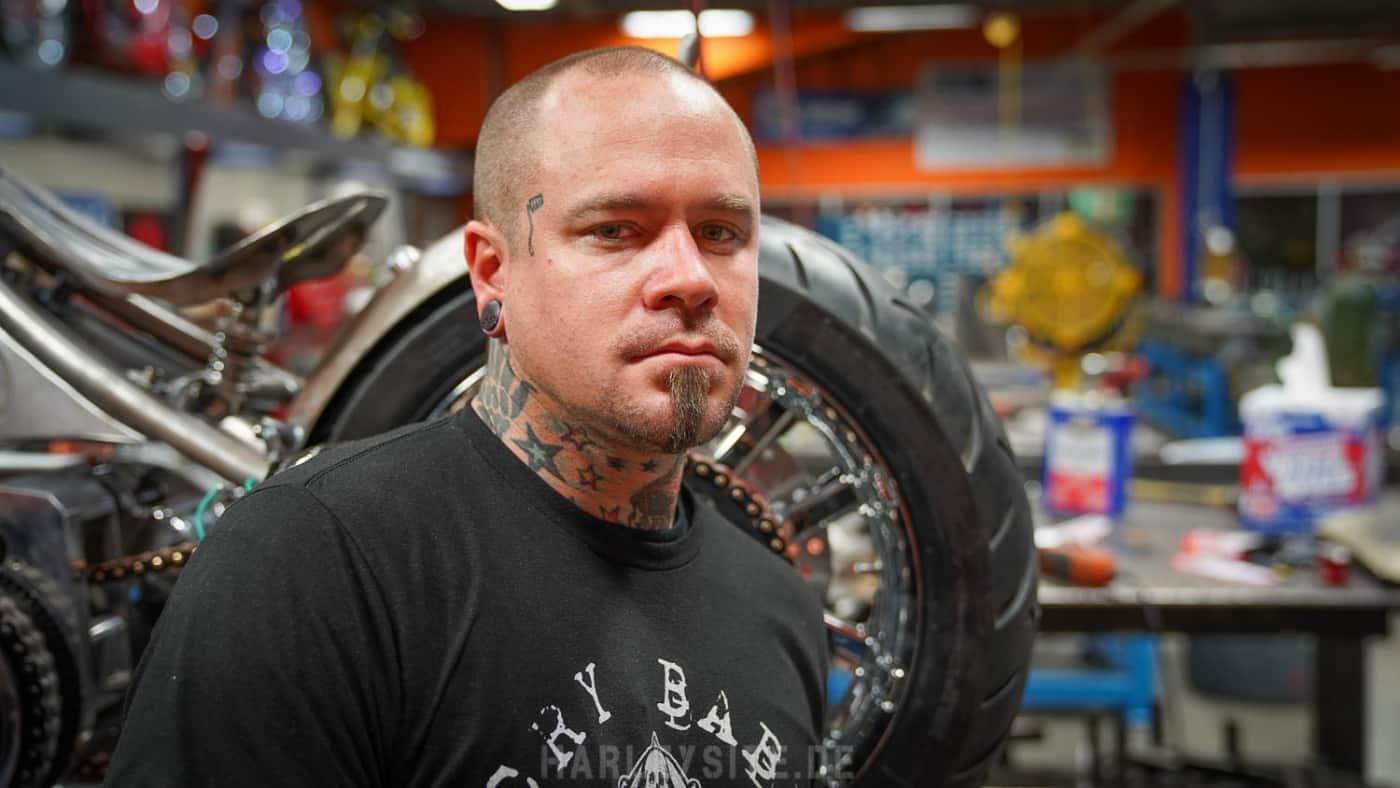 Das Foto zeigt den Customizer Joshua Allison in der neuen American Chopper Show
