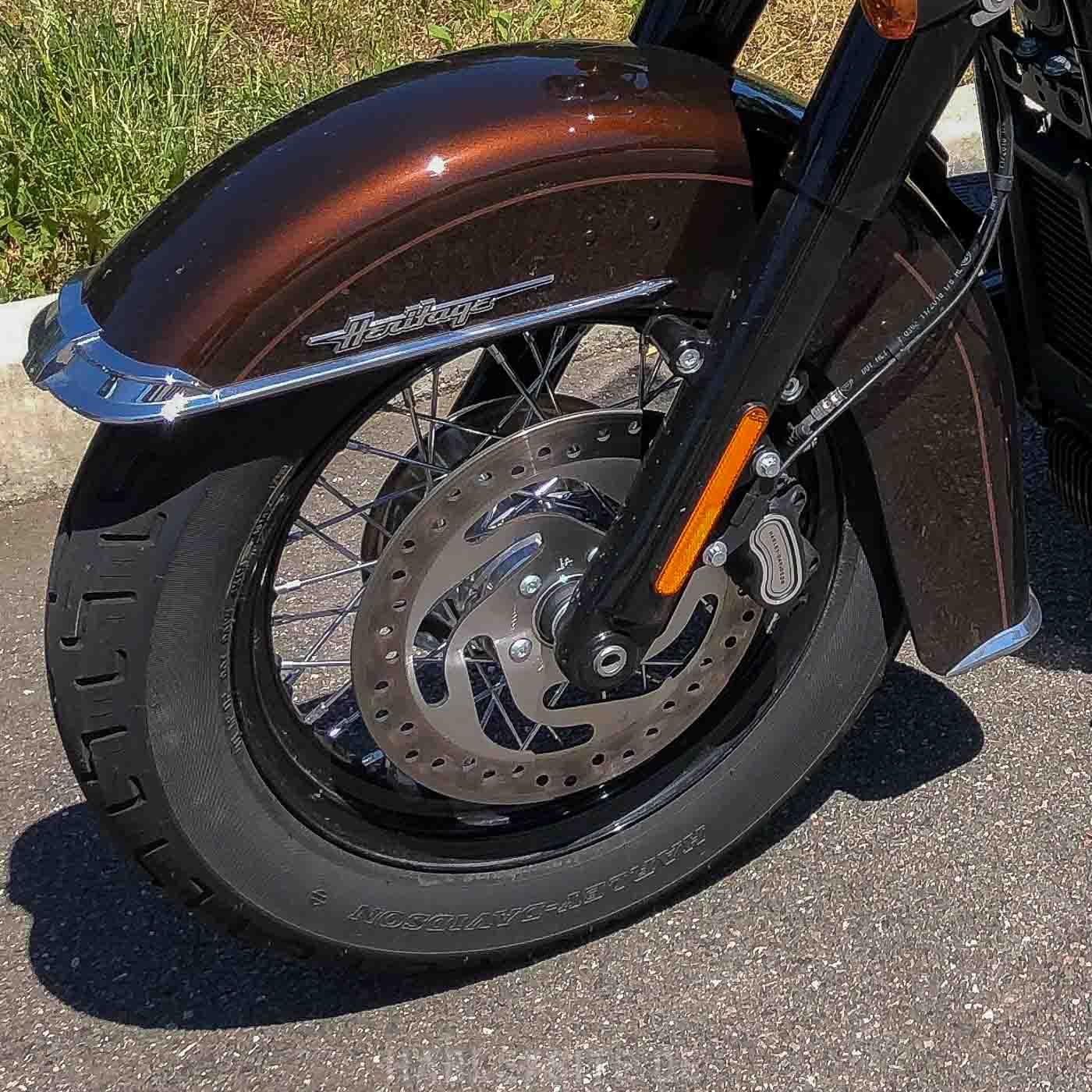 Zeigt die Scheibenbremse der Harley-Davidson Heritage Classic 114 2019