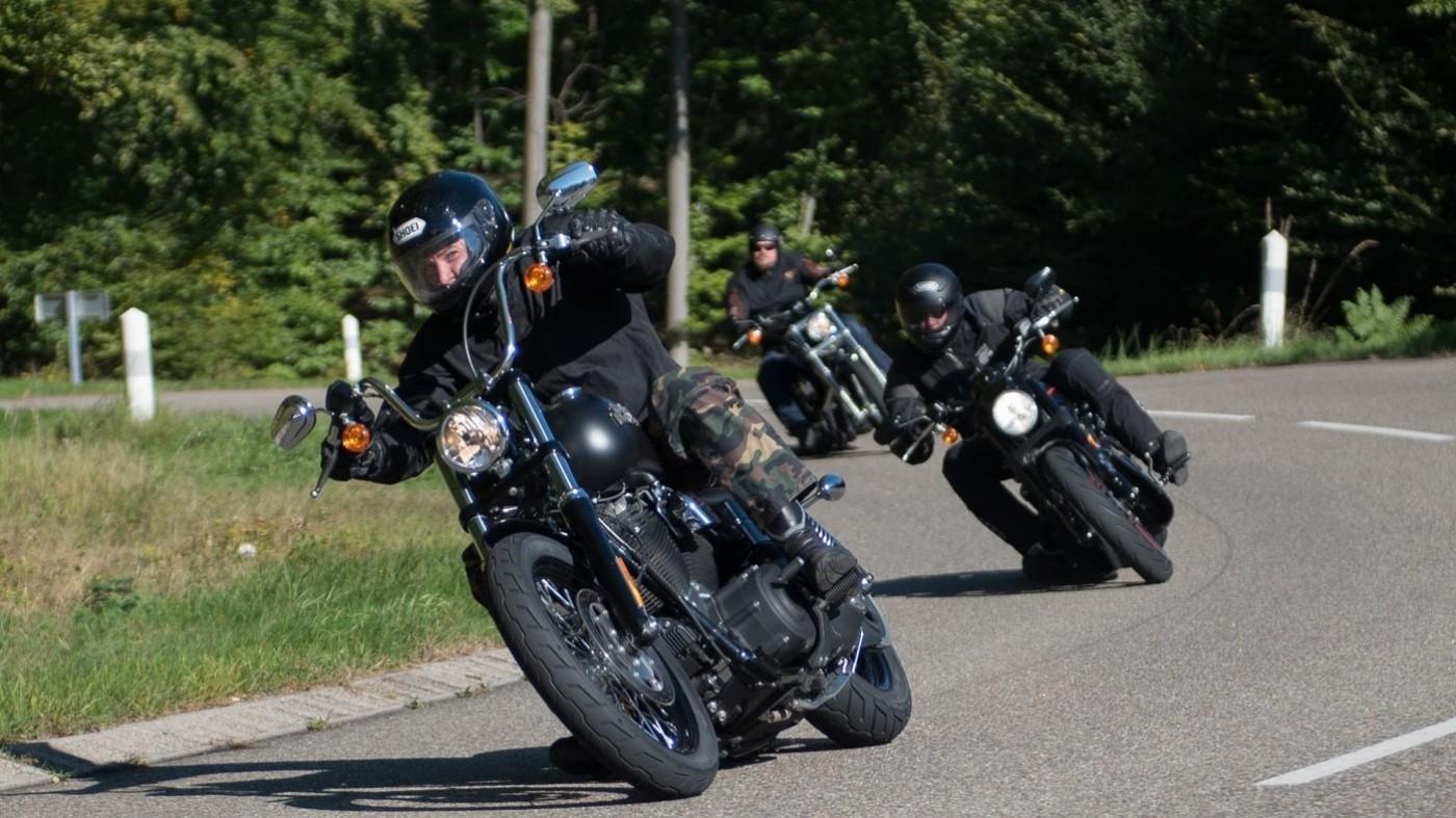 Brennende Kippe fliegt gegen Helm eines Motorradfahrers