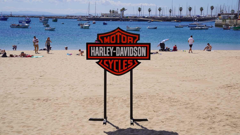 Harley-Davidson Logo am Strand von Cascais
