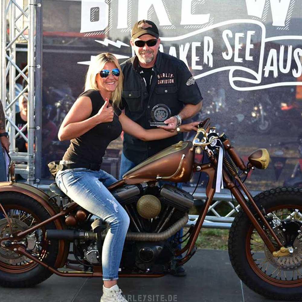 Zeigt eine Gewinnerin auf der Custombike Show am Faaker See