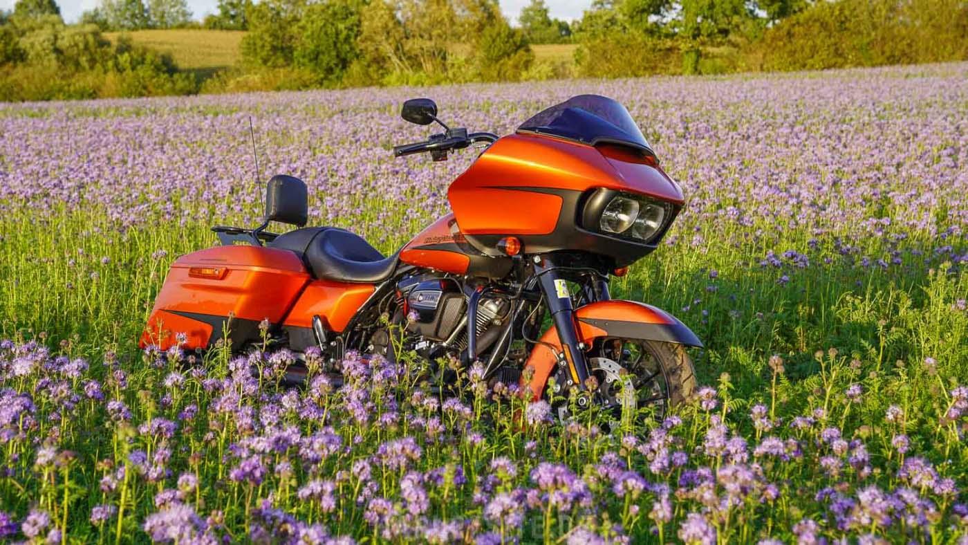 Zeigt die Harley-Davidson Road Glide Special in der Farbe Scorched Orange