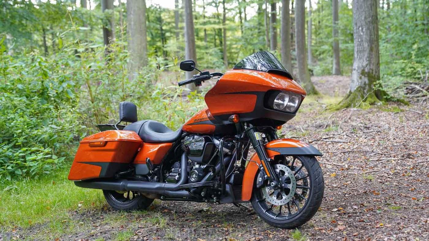 Zeigt die Harley-Davidson Road Glide Special in der Farbe Scorched Orange im Wald