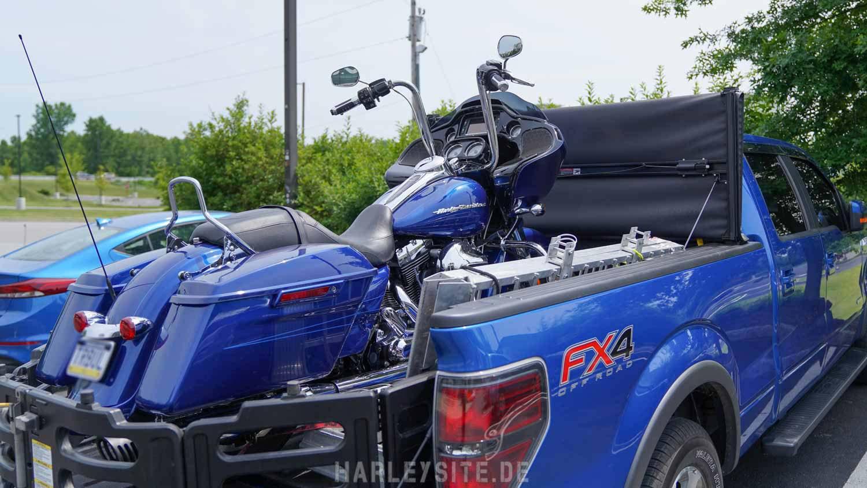 Ford F-150 Pickup mit Harley-Davidson Road Glide im Gepäck