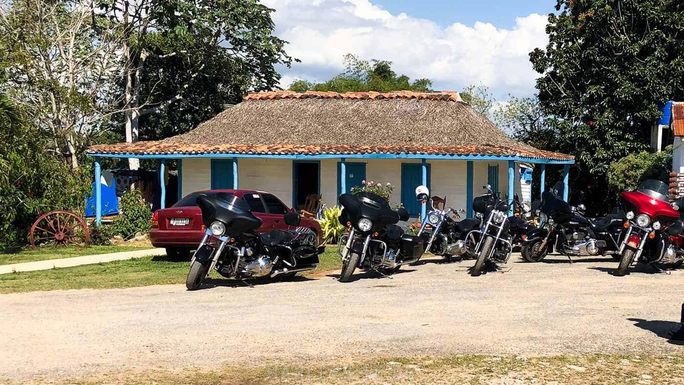 Die Harleys stehen auf der Tabak Plantage von Hector Luis Prieto auf Kuba