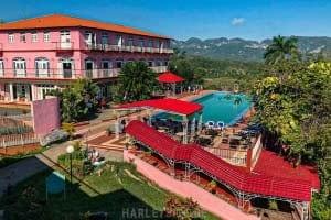 Eine Hotelanlage mit Blick auf das Tal der Kreidefelsen von Vinales